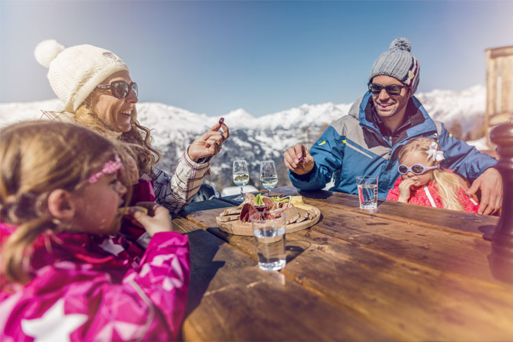 /portals/0/images/Regions/Valais/Saas Fee/Winter/Family-Valais.jpg